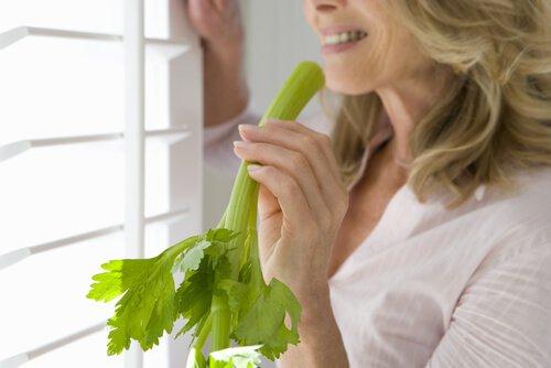 , Jugo de apio, zanahoria y linaza para fortalecer el colon, Alimenta y Cura