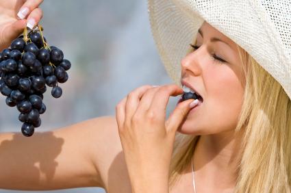 , Algunas buenas razones por las que deberías incluir las uvas rojas en tu dieta, Alimenta y Cura