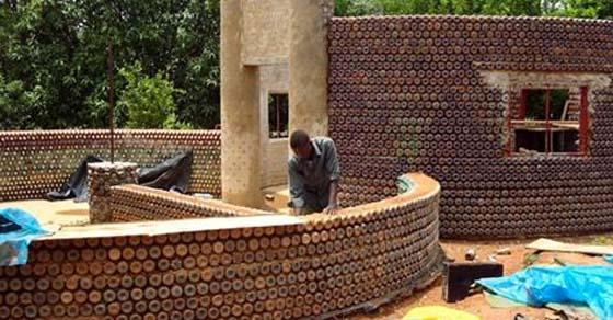 , Los nigerianos están construyendo casas a prueba de fuego, a prueba de balas y ecológicas con botellas de plástico y barro, Alimenta y Cura