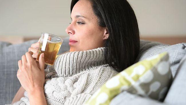 mujer bebiendo un té para controlar la ansiedad