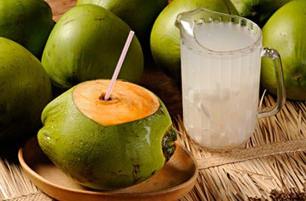 Beneficios de beber agua de coco con el estómago vacío