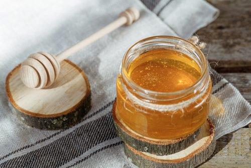 , Combate el resfriado con este jarabe casero de miel y jengibre, Alimenta y Cura