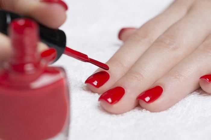 , 10 tóxicos que tu cuerpo absorbe al pintarse las uñas con esmalte, Alimenta y Cura, Alimenta y Cura