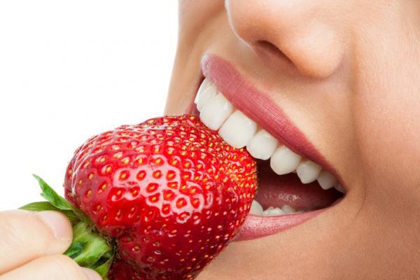 , Cómo blanquear los dientes con fresas, Alimenta y Cura
