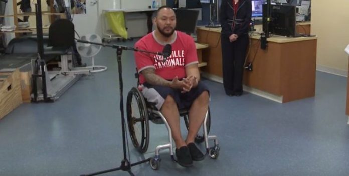 , Un nuevo tratamiento permite a un hombre con lesiones en la médula espinal levantarse y mover las piernas, Alimenta y Cura