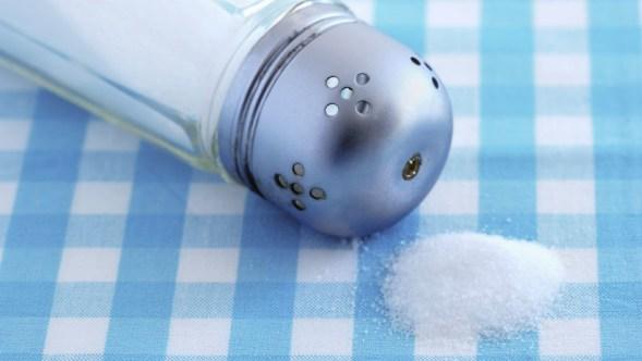, Científicos hallan un peligroso componente en el 90 % de la sal de mesa, Alimenta y Cura, Alimenta y Cura